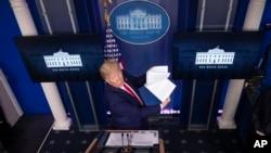 Predsjednik Trump na redovnom brifingu o kornavirusu, u Bijeloj kući 20. aprila 2020. (Foto: AP/Alex Brandon)