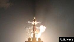 미 해군이 지난 17일 USS 존 핀 이지스 구축함에서 SM-3 블록 IIA 미사일을 이용한 탄도미사일 요격에 성공했다면서 사진을 공개했다.