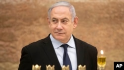 Perdana Menteri Israel Benjamin Netanyahu setelah acara penyalaan lilin Hanukah di Tembok Barat, di kota tua Yerusalem, 22 Desember 2019. (Foto: AP)