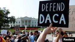 Biểu tình trước Tòa Bạch Ốc sau khi chính quyền Tổng thống Trump ngày 5/9/2017 bãi bỏ chương trình DACA, Hoãn Hành động đối với thành phần Nhập cư Bất hợp pháp đến Mỹ khi còn nhỏ.
