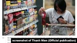 Một người mua nước mắm trong siêu thị ở Việt Nam