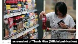 Một người mua nước mắm trong siêu thị ở Việt Nam.
