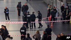 Cảnh sát đứng gần hiện trường nơi binh sĩ Pháp bị tấn công ở khu thương xá La Defense bên ngoài Paris, 25/5/2013