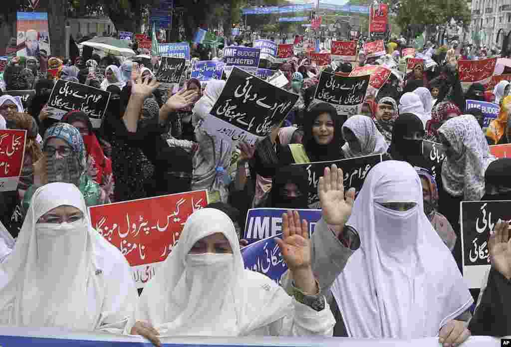 این زنان عضو «جمعیت اسلامی» در شهر لاهور پاکستان به افزایش غذا و دیگر کالاها اعتراض کردند.