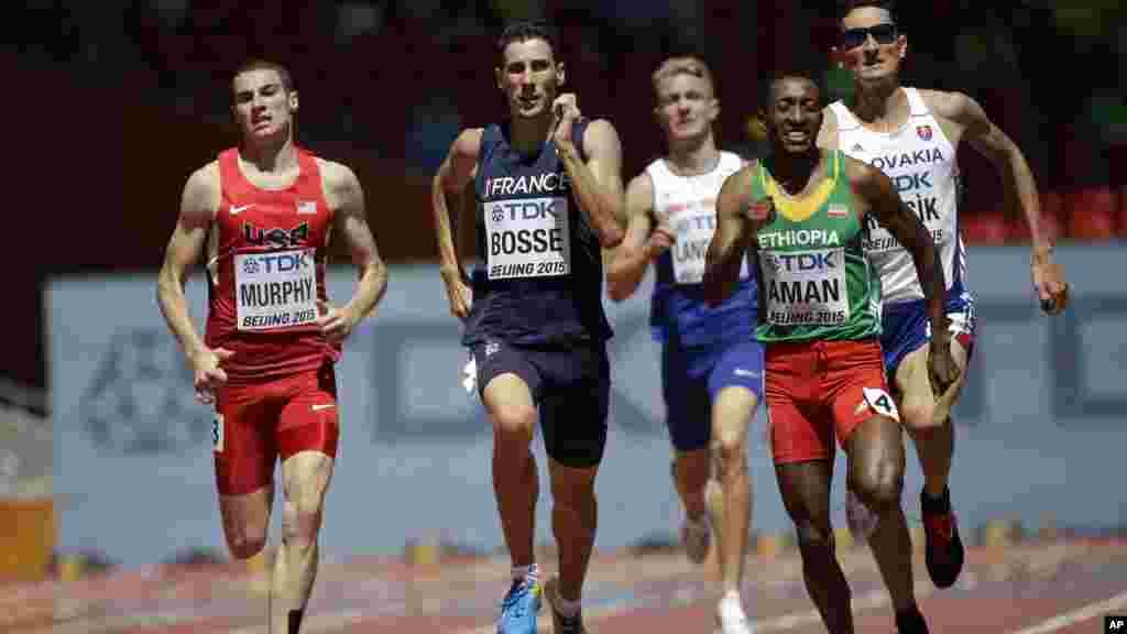 Mohammed Aman de l'Éthiopie, à droite, Pierre-Ambroise Bosse de la France, au centre, et Clayton Murphy des États-Unis en compétition pour la première place au premier tour du 800m masculin des Championnats du Monde d'Athlétisme au Nid d'oiseau à Pékin, 22 août 2015.