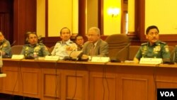 Menteri Pertahanan Purnomo Yusgiantoro dan beberapa pejabat TNI dalam jumpa pers di Jakarta. (Foto: VOA/Andylala Waluyo)
