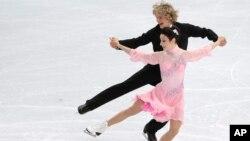 Meryl Davis dan Charlie White, atlet dansa berpasangan di atas es dari Amerika Serikat, saat beraksi di Iceberg Skating Palace, Olimpiade Musim Dingin 2014, di Sochi, Rusia (16/2).
