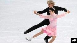 러시아 소치 동계올림픽에 출전한 미국 대표팀의 메릴 데이비스(아래)와 찰리 화이트 선수가 16일 아이스댄싱 쇼트프로그램에서 연기하고 있다.