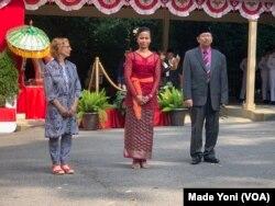 Peraih Penghargaan Ambassador's Excellence Award in Art and Culture, dari kiri: Clare S Wolfowitz, Nyoman Suadin (diwakili), Muryanto (Foto: VOA/Made Yoni).