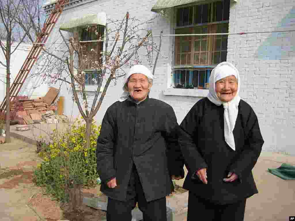 Honorable Mention - Elderly women pose in Handan, China (Cheng Zhenhua)