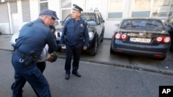 Policajci privode čovjeka u Podgorici, 16. oktobar 2016. godine.