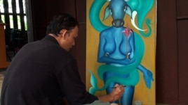 The 31-year-old artist, who has been deaf and dumb since birth, told VOA Khmer in a recent interview that the skills have helped him express his feelings through abstract paintings.