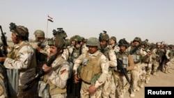 Les forces de sécurité irakienne voyagent à Mossoul pour combattre les militants de l'État islamique, à Bagdad, Irak, le 21 février 2016.
