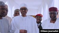 Shugaban Najeriya Muhammadu Buhari a tsakiya sanye da fararen kaya