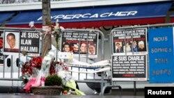 Des fleurs et des messages en hommage aux victimes des attaques de janvier de l'an dernier en face du supermarché casher Hyper Cacher à la Porte de Vincennes à Paris, France, le 6 janvier 2016. (REUTERS/Charles Platiau)