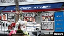 Hoa và tin nhắn tưởng nhớ các nạn nhân các vụ tấn công hồi tháng Giêng năm ngoái tại Porte de Vincennes ở Paris, ngày 6/1/2016.