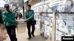 1月4日,孟加拉國警察將投票箱送往票站