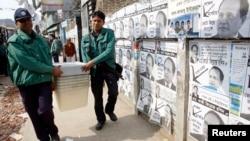 Cảnh sát mang thùng phiếu đến 1 trung tâm bỏ phiếu trước cuộc bầu cử quốc hội ở Dhaka, 4/1/2014