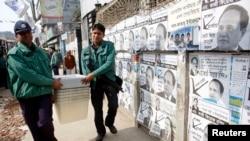 총선에 앞서 4일 경찰이 투표소로 투표함을 운반하고 있다.