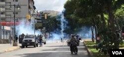 Gases lacrimógenos dispersaron por momentos el trancazo. (Foto: Carolina Alcalde, VOA)