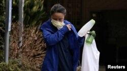 Radnici sa zaštitnim maskama ispred staračkog doma u državi Washington, na zapadnoj obali SAD, gdje je do sada najveći broj žrtava koronavirusa