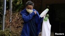 """华盛顿州柯克兰市疗养院""""生命护理中心""""护理人员下班后摘下口罩"""