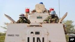 Des soldats de la paix de l'ONU dans un véhicule blindé de transport de troupes mènent une patrouille de Bentiu vers le village de Nhialdiu, au Soudan du Sud, le 7 décembre 2018.