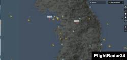 28일 밤 한반도 상공에 떠 있는 항공기들의 모습 정찰기로 추정되는 미상의 비행체 2기가 포착됐다. 사진 제공: FlightRadar24.
