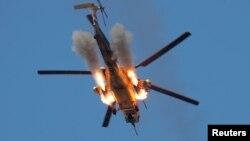 Un helicóptero iraquí dispara miles contra los extremistas del Estado islámico en las afueras de Mosul.