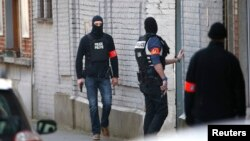 Belçika'nın başkenti Brüksel'de düzenlenen operasyona helikopter destekli özel müdahale birimlerinin de dahil olduğu onlarca polis katıldı.