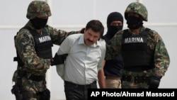 지난 22일 멕시코시티에서 체포된 '마약왕' 엘 차프 구즈만이 멕시코 해병대원들에 의해 호송되고 있다.