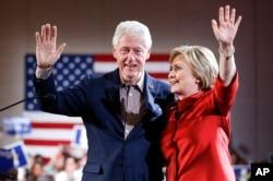 Bà Hillary Clinton và chồng, cựu Tổng thống Bill Clinton, trong một buổi vận động ở thành phố Las Vegas, ngày 20 tháng 2, 2016.