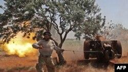 Un combattant syrien du Front de libération nationale (FNL) soutenu par la Turquie, vise à partir de la province d'Idlib sous contrôle rebelle, les positions du régime dans la partie nord de la province de Hama, le 22 mai 2019. (Photo OMAR HAJ KADOUR / AF-