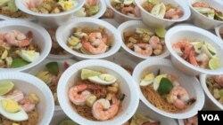 Makanan populer Singapura, mee siam, dihidangkan pada perayaan Hari Nasional di kedutaan besar negara itu di Washington, DC, Minggu (31/7). (VOA/Vina Mubtadi)