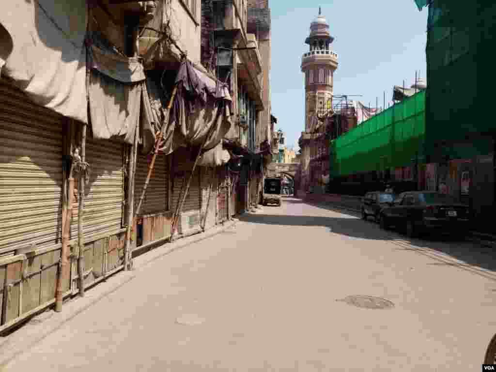 اندرون لاہور کے علاقے دہلی دروازے میں قائم تاریخی مسجد وزیر خانجس سے متصل بازار کی تمام دکانیں بند ہیں۔
