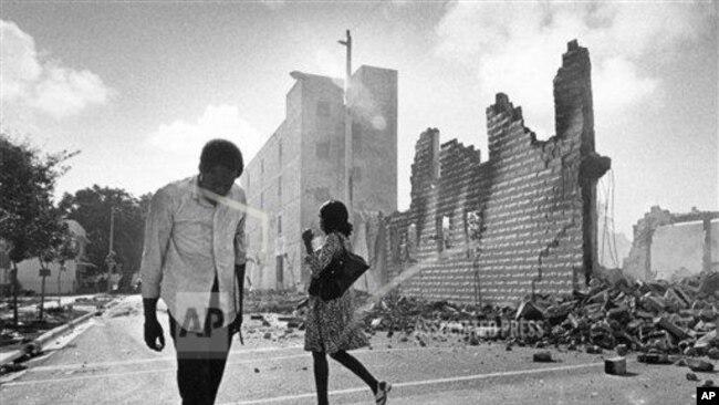 图为迈阿密卡尔默地区的废墟。此前四名警察被控1979年殴打黑人摩托车司机亚瑟·麦克达菲(Arthur McDuffie)致死,引发骚乱。(1980年5月19日)(美联社摄影)