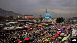 افغانستان کے دارالحکومت کابل میں لگنے والے ایک اوپن ایئر بازار میں لوگ خریداری کر رہے ہیں۔ (فائل فوٹو)