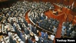 일본 중의원(하원)이 24일(현지시간) 본회의를 열어 '본국(일본)외 출신자에 대한 부당한 차별적 언동의 해소를 향한 대응 추진에 관한 법안'을 표결하고 있다.