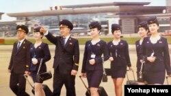 북한이 관광산업 활성화를 위해 고려항공 조종사와 스튜어디스들을 처음 등장시킨 2017년 달력 표지.