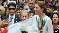 Kate Middleton atau the Duchess of Cambridge, isteri Pangeran William berbicara dengan warga Malaysia dalam kunjungannya di Kuala Lumpur (14/9). Sejumlah foto telanjang dada Kate Middleton saat liburan di Perancis hasil jepretan paparazzi membuat marah kerajaan Inggris.