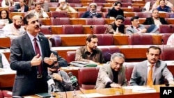 وزیراعظم گیلانی قومی اسمبلی کے اجلاس میں اپنا وضاحتی بیان پیش کررہےہیں