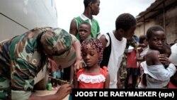 Opération de vaccination contre la fièvre jaune sur un marché à Luanda, Angola, le 16 février 2016.