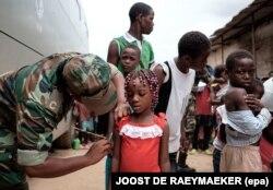 Vacinação febre amarela no mercado do 30. Luanda, Angola