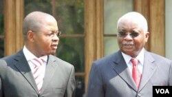 O novo Primeiro-ministro moçambicano, Alberto Vaquina, á esquerda com o presidente Armando Guebuza, no dia da sua tomada de posse, 9 de Outubro de 2011 (Foto SAPO)