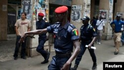 Des policiers à Dakar, Sénégal, 25 juin 2013.