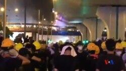 香港警方在中區警署對開施放催淚彈驅散示威者