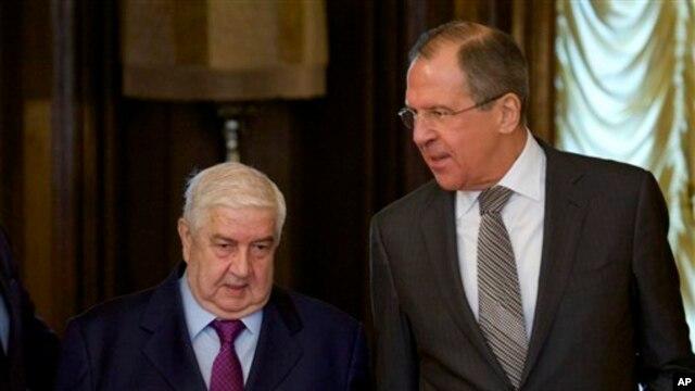 Menlu Rusia Sergey Lavrov (kanan) menyambut kedatangan Menlu Suriah Walid al-Moallem (kiri) di Moskow, 25 Februari 2013. (AP Photo/Ivan Sekretarev)