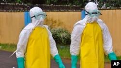 8月16日,在利比里亞應對伊波拉疫情的醫療工作人員穿上防護服。