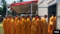 Para Biksuni mengikuti ritual upacara Waisak di Candi Mendut (6/5 - foto: Munarsih Sahana).