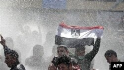 Поліцейські водомети в дії під час протесту в Каїрі